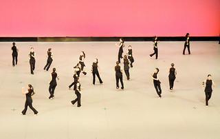 時空間をテーマン演技する八重山高校カラーガード部