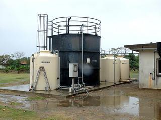 生ごみをメタン発酵させるメタン発酵試験用プラント。発酵後の消化液は今月中にも肥料として登録される見通しとなっている=20日午後、石垣市し尿処理場