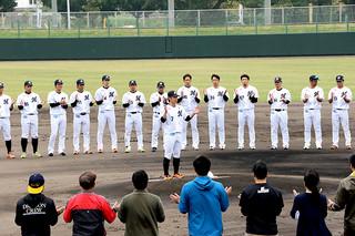 鈴木大地主将の一本締めで21日間のキャンプを打ち上げた千葉ロッテマリーンズ=21日午前、市中央運動公園野球場