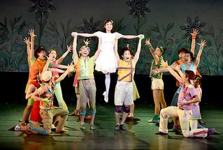 劇団四季のファミリーミュージカルで7年ぶりの公演となった「エルコスの祈り」。キャストの躍動感あふれるダンスや歌が満員の観客を魅了した=22日夜、市民会館大ホール