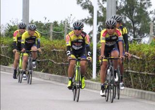 空港到着後、バイクを組立てそのままトレーニングを行う選手ら=24日午前、南ぬ島石垣空港