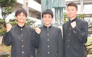 離島・北部枠で琉大医学部医学科に合格した八重山高校3年の新村駿君、山田昇太君、小林裕樹君(左から)=2月28日午後、同校