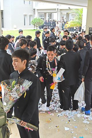 笑顔で花道を通る八重山高校の卒業生たち=1日午後、同校