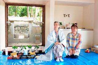 神司職を引き継ぐ儀式を終え、笑顔をみせる前里慶子さん(左)と東濵あけみさん=5日午前、真乙姥御嶽