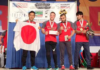 4位に入賞し、メーンステージでメダルを受けた石川勇作(左)