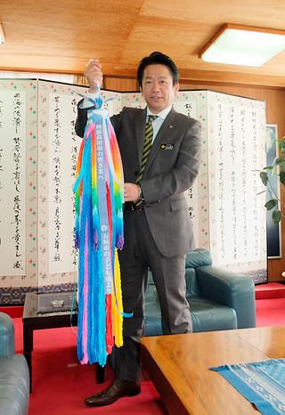 市民から寄せられた折り鶴の一部。中山義隆市長が東日本大震災追悼・復興祈念式にささげる=9日午前、市長室