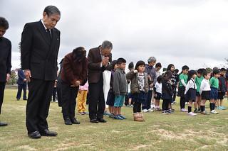 東日本大震災犠牲者追悼・復興祈念式で地震発生時刻の午後2時46分に合わせて黙とうをささげる参加者=11日午後、新栄公園