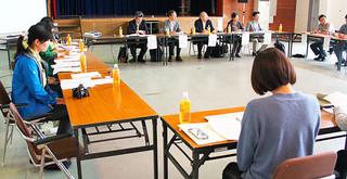 関係者約30人が参加し、イリオモテヤマネコ保護増殖検討委員会が開かれた=22日午後、竹富町離島総合センター