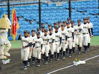 沖縄県の代表旗を掲げ堂々と入場行進する石垣第二中学校野球部=24日午後、静岡県草薙総合運動場硬式野球場