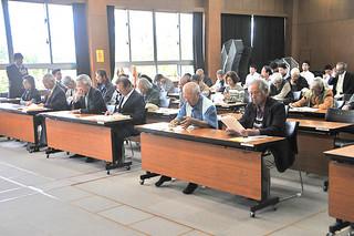 八重山農林高校創立80周年記念事業期成会の総会に出席するOBら=25日午後、同校視聴覚室