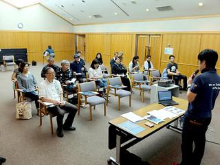 「星空ガイドのプロを目指す実践講座」を受ける人たち=25日午後、市立図書館視聴覚室