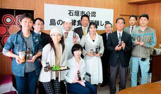 発酵調味料レシピをもとに商品を開発した事業所の代表ら=27日午後、庁議室