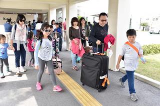 台湾直行便の運航再開で石垣島に訪れた台湾人観光客=29日午後、南ぬ島石垣空港国際線ターミナルビル