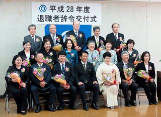 退職者激励式の後、記念写真に納まる定年退職者ら=3月31日午前、市役所会議室