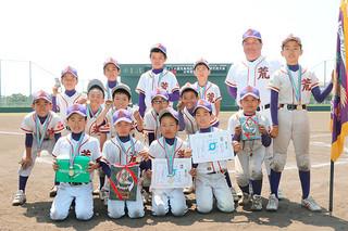 第21回JTA旗先島地区学童軟式野球交流大会で初優勝した少年荒鷲=3日午前、市中央運動公園野球場