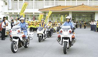 春の全国交通安全運動出発式で、白バイ2台を先頭にパレードが行われた=6日夕方、八重山警察署