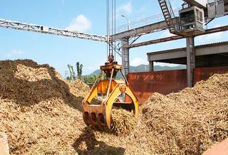サトウキビの生産量が当初の見込みより増加し、フル回転で操業する石垣島製糖㈱=5日午前