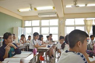 石垣市立小中学校学習環境改善事業は2017年度以降の財源確保ができておらず、整備のめどが立っていない。写真は16年度に設置された石垣小学校5年2組のクーラー=12日午前