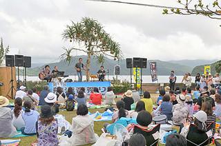 雨に見舞われたが、最後まで盛り上がりをみせた船浮音祭り=15日午後、西表船浮かまどま広場
