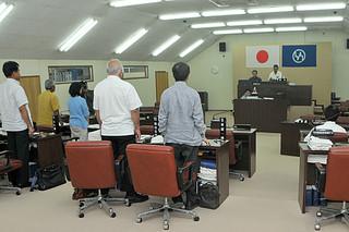 竹富町上原の土地について調査する特別委員会の設置決議案が可決された町議会4月臨時会=26日午後、町役場議場