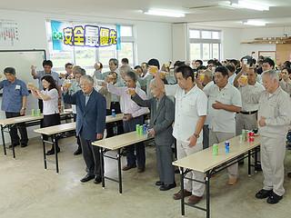 今期製糖終了を祝って乾杯する職員と関係者ら=27日夕、石垣島製糖内