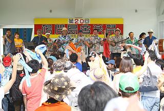 20回の節目をむかえた鳩間島音楽祭、約1300人が来場した=3日午後、野外ステージ