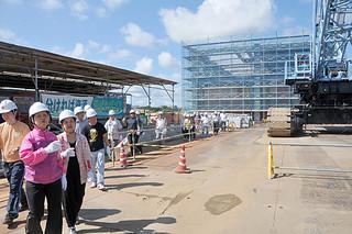 新県立八重山病院の建築現場を見学した参加者たち=14日午後