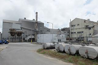 処理能力の低下や施設の老朽化が進んでいる石垣島製糖の工場施設=11日午後