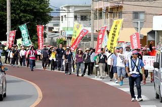 5・15平和行進に参加する人たち。陸自配備反対などを訴えた=15日午後、大浜