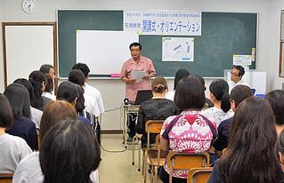 高校生と保護者ら20人余が出席して行われた石垣地区の無料塾開講式=15日夜、アルファ進学塾