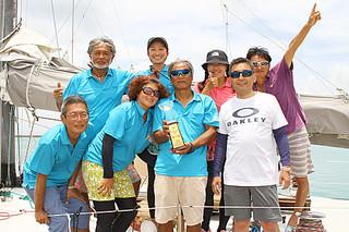 基隆島一周レースBクラスで八重山勢として初優勝したFalconのメンバーら=18日午後、石垣港