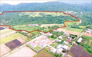 開南集落の目と鼻の先に計画されている「石垣駐屯地」(赤線内)=18日午前、小型無人機で撮影