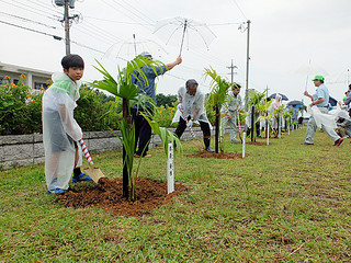 第68回県植樹祭で記念植樹を行う関係者ら=20日午前、八島公園