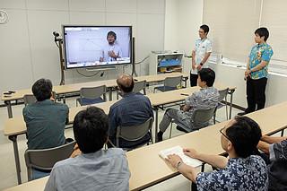鶴保担当相が視察に訪れた町営学習塾。町はICTを活用した実証実験で通信制高校の可能性を探る=21日午後、町複合型公共施設内