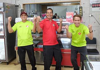 食肉処理加工会社に配属され、「仕事にも慣れてきた」と張り切っているフィリピン人実習生たち=27日午後、美崎牛本店