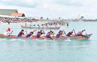 129組・1290人が参加した各団体のハーリー。カイをこぎ勢いよくスタート=29日午前、石垣漁港