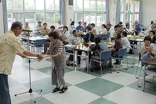 2017年度総会で表彰を受ける優良農家ら=2日午後、大浜公民館