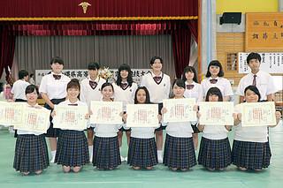 簿記とワープロ速度の団体で準優勝した八重山商工の生徒たち=4日午後、中部商業高校