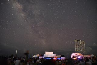 「南の島の星まつり」で楽しまれている星空。石垣市と竹富町が国立公園内の星空保護区「ダークスカイプレイス」の認定を目指している=2016年8月6日夜、南ぬ浜町緑地公園