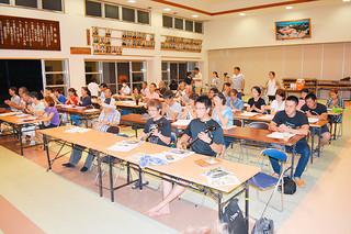 白保公民館学級の開級式で「白保節」を斉唱する参加者たち=9日夜、同館