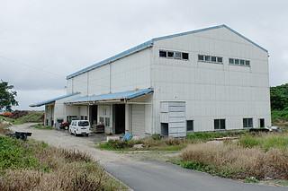 2015年以降、稼働を停止しているライスセンター=15日夕、与那国町製糖工場隣接地