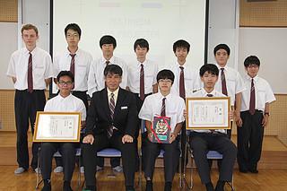団体の部で優勝した八重山商工高校情報技術科の生徒ら=16日、八商工