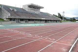 19日から改修工事が始まる陸上競技場。練習や大会で多く使用される1レーンの劣化が著しい=16日午後