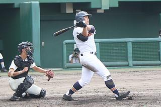 四回裏、二塁打で7ー1と引き離した八重高の4番・東盛隼己=18日午前、コザしんきんスタジアム