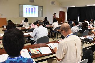 沖縄観光の新たな取り組みと海外インバウンドのプロモーション事業などが紹介された2017年度インバウンド連絡会=19日午後、県八重山事務所大会議室