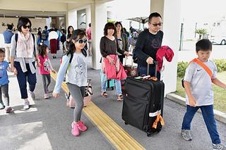 南ぬ島石垣空港国際線ターミナルビルの増改築工事を控え、海外路線の増便で多くの外国人観光客が訪れて国際線使用料が好調な同ターミナル=3月29日撮影
