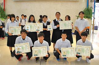 第65回沖縄県学校農業クラブ連盟大会で入賞した生徒ら=1日午前、南ぬ島石垣空港