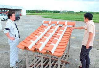 新庁舎の屋根に使用される赤瓦の試作品=3日午後、石垣市消防本部敷地内
