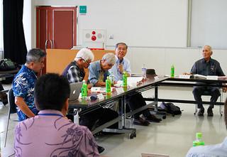 第12回新石垣空港事後調査委員会で2016年度調査結果について意見を述べる委員ら=7日午後、八重山合同庁舎2階大会議室