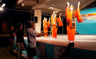 開会式のアトラクションで舞踊「ミティ唄」を披露する与那国中学校女子生徒=7日夜、久部良漁港の大会特設会場